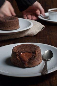 Receta imprescindible: Cómo hacer coulant de chocolate en casa de forma fácil y sencilla. Apunta esta ЛАВА КЕЙК receta porque se convertirá desde hoy en un básico en tu recetario. ¡Ven a verlo! Brownie Recipes, Cake Recipes, Dessert Recipes, Sweet Desserts, Sweet Recipes, Mini Cakes, Cupcake Cakes, Lava Cakes, Cake Shop