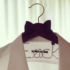 Outfit de Erick colgando de un Hanging Love