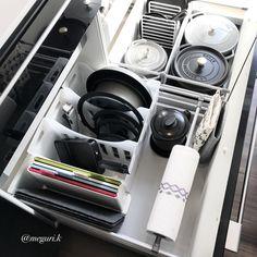 3個目のSTAUB仲間入りしたので、少しずつキッチン収納見直ししてます。 ・ 家事動線を考えて今まで以上に使いやすく収納しなおしました❣️ ・ 詳しくはブログでプロフィールから飛べます ・ 『Seriaアイテムでフライパン収納&我が家のキッチンペーパー収納方法!』ブログ更新しました ・ #フライパン収納 #キッチン #kitchen #家 #home #キッチン収納 #収納 #鍋 #ティファール #セリア #Seria #100均 #整理整頓 #断捨離 #一条工務店 #アイスマート #注文住宅 #モノトーン #monotone #白黒 #ストウブ #STAUB #引き出し収納 #持たない暮らし #ismart #持たない暮らし #くらし #シンプルライフ #暮らしを楽しむ #暮らしを整える