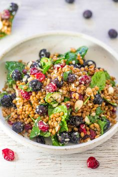 Spinach Blueberry Superfoods Salad- So many textures & flavors in this hearty salad filled with superfoods! Healthy Salad Recipes, Whole Food Recipes, Vegetarian Recipes, Going Vegetarian, Superfoods, Superfood Salad, Starbucks Recipes, Easy Dinner Recipes, Weeknight Recipes
