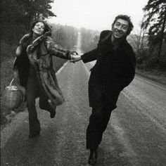 Jane Birkin and Serge Gainsbourg! Jane birkin and her fav straw bag! Love this photo! Serge Gainsbourg, Gainsbourg Birkin, Susan Sontag, Brigitte Bardot, Belle Photo, Black And White Photography, Cute Couples, Vintage Couples, Style Icons