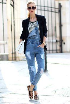 Look de moda: Blazer Negro, Camiseta con Cuello Barco de Rayas Horizontales Blanca y Negra, Peto Vaquero Azul, Zapatillas Bajas de Ante de Leopardo Marrón Claro