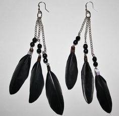 pendientes muy elegantes de tres cadenas de plata con dos bolas de cristal cada una y de cada cual le cual le cuelga una pluma negra
