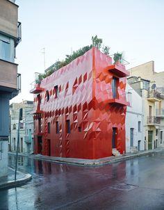 In Puglia, l'architetto Giacomo Garziano firma un intervento residenziale innovativo per il Sud Italia, riqualificando un immobile esistente con esuberanza.