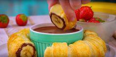 Britskí vedci už dávno dokázali, že jedlo je jednou z najväčších závislostí človeka, ktoré zároveň dokáže zlepšiť život. Ak ste sa rozhodli osladiť si ten váš život, pripravte si tento chutný a jednoduchý recept! Ingrediencie 2 banány 1 lístkové cesto 120 g Nutelly (vhodná je aj iná sladká nátierka alebo kondenzované mlieko) 1 vajce 150 g čokolády Postup Nakrájajte si