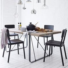 Dieser Esstisch bringt den Industrie-Charme auf eine neue, herzliche Ebene. Die Verbindung, die Holz und Metall hier eingehen, erzählt Geschichten von ehrlichen Arbeitern. www.iconist.de