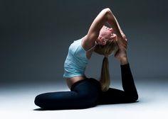 Quando a maioria das pessoas pensa de flexibilidade, imaginamalguém como um dançarino, um atleta ou um iogue – alguém que pode facilmente mover seu corpo em profundidade-procurando grupo complexo de asanascomo a postura do macaco (hanumanasana) ou dopombo rei (ekapadarajakapotasana). Mas amaioria das pessoas estão operando sob uma definição incompleta do que significa ser flexível. …