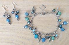 Zelf gemaakte armband en oorbellen in blauw/groentinten. Techniek kettelen en jasseron.