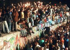 Chute du Mur de Berlin le 9 novembre 1989, photo de la Deutsche Press Agentur, via http://www.wn.de/Welt/Politik/2012/10/Tag-der-deutschen-Einheit-Eine-Bilanz-So-vereint-ist-Deutschland