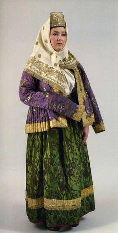 На фото: Женский праздничный костюм. Первая половина ХIХ века Сарафан, шугай, платок У жительниц Торжка правый рукав шугая заметно длиннее левого