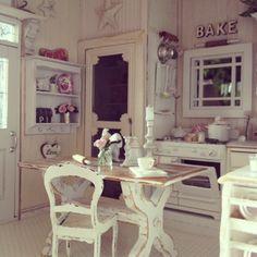 I love shabby chic dollhouse miniatures :)