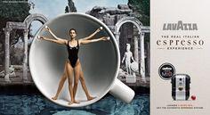 Uno de los disparos, una vez más la imagen del ' Hombre de Vitruvio de Leonardo da Vinci: el hombre desnudo masculino que, en el dibujo del cosmos de Leonardo irradia el canon de sus medidas ha sido sustituido por el cuerpo, con el traje olímpico castigado, la modelo Kate bola .