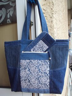 Denim Tote Bags, Denim Handbags, Fabric Handbags, Fabric Bags, Denim Bag Patterns, Bag Patterns To Sew, Tote Pattern, Patchwork Bags, Quilted Bag