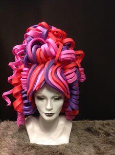 Wij hebben diverse modellen in de collectie. Meer dan 20 kleuren foam. Of je nu kiest voor een standaard puntenhoed, een van de steampunckmodellen of een pruik…. Het is erg leuk om te doen! Onderstaande een greep uit de vele mogelijkheden. De meeste van de voorbeelden zijn het resultaat van de cursist na 1 workshop! De hoeden … Clown Makeup, Costume Makeup, Halloween Fun, Halloween Costumes, Foam Wigs, Cool Hats, Crazy Hair, Candyland, Headgear