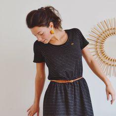 La maille lurex de @unchatsurunfil tombait à pic pour réalisé cette petite robe qui me faisait de l'œil! Je l'ai réalisé à partir du patron #plantainpattern @deer_and_doe_patterns elle est hyper confortable et elle briiiiiille ✨ . . #robeplantain #deeranddoe #hackingpatterns #unchatsurunfil #petiterobenoire #pailettes #jersey #despetitshauts #toutalasurjeteuse #sewingaddict #lurex #tiss...