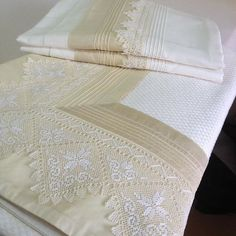 Saf ipekten nevresim ve pike t Lace Bedding, Luxury Towels, Quilt Sizes, Linens And Lace, Fine Linens, Diy Embroidery, Sofa Pillows, Home Textile, Bed Sheets