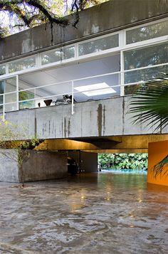 Casa Gerassi, by architect Paulo Mendes da Rocha. Photo by Fernando Stankuns… Architecture Awards, Architecture Details, Interior Architecture, Installation Architecture, Modern Exterior, Interior And Exterior, Interior Design, Prix Pritzker, Brutalist