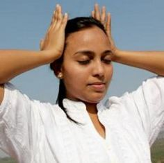 """Cuando algo sale mal, ponemos las manos en la cabeza y decimos """"¡Oh no!"""" Masajear relaja la mente y cuando la mente esta relajada, la vida se vuelve más serena. Más ejercicios de Sukshma Yoga para relajarse en 7 minutos"""
