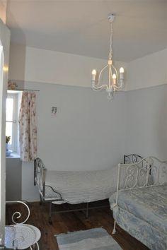 Chambre de la tour bleue du château de Riveneuve. A louer sur www.votre-chateau-de-famille.com