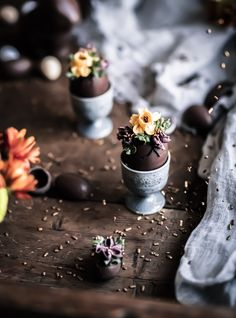 Suklaamunia voi valmistaa täyttämällä kananmunankuoria sulatetulla suklaalla. Koristele pääsiäismunat kukkapursotuksilla. Voit koristella myös kaupan valmiita suklaamunia. Nämä kauniit itsetehdyt suklaamunat sopivat täydellisesti pääsiäisherkuksi. Resepti ja lisää kuvia blogissa. #pääsiäismunat #itsetehdytsuklaamunat #suklaamunat #pääsiäisherkut #ruokavalokuvaus #valokuvaus Egg Decorating, Food Styling, Easter Eggs, Food Photography, Instagram, Chocolates, Photos, Action, Couple