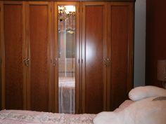 El armario está dividido en 5 partes, 1/5 es un espejo. Armoire, Furniture, Home Decor, The World, Fractions, Mirrors, Wardrobes, Clothes Stand, Homemade Home Decor