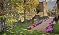¡Nos encanta esta idea! Decenas de flores en maceta enmarcando el camino al altar para una boda al aire libre · Flores y decoración, Mar de Flores #flores #flowers #decoration #weddings #bodas #spain