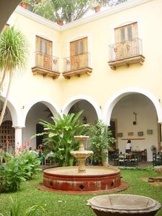 I love Mexican or Spanish courtyards! Mexican Courtyard, Spanish Courtyard, Courtyard Pool, Spanish Style Homes, Spanish Revival, Spanish Colonial, Mexican Style Decor, Mexico Style, Santa Fe Style