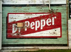 Pepper wall mural ad on old C Grocery in Lynchburg, Virginia by Retronaut… Vintage Walls, Vintage Signs, Soda Crush, Dr. Pepper, Texas, Old Signs, Painted Signs, Painted Walls, Vintage Typography
