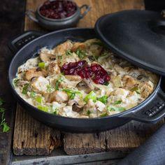 Mit Hühnchen statt Schwein, geschnetzelt statt geschnitzelt: Dieses fixe Afterwork-Essen mit Lauch und cremiger Sahnesauce macht den Feierabend gemütlich.