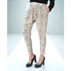 The Wardrobe baggy trousers with print. Put the front. Pockets on the sides. Zipper closure back. Foot width is 13 cm. Length is 70 cm. in size small. The quality is 100% polyester.Model: 1106-1163068 Hubba pants