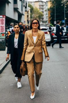 The style crowd may be feeling Fashion Month fatigue, but you'd never know it from their outfits. The street style at Milan Fashion Week continues the nearly Vogue Fashion, Suit Fashion, Fashion 2020, Paris Fashion, Fashion News, Winter Fashion, Fashion Outfits, Fashion Photo, Trendy Outfits