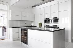 Validus Motuksen valkoinen keittiö on suunniteltu aktiivisen perheen ajanviettoon sopivaksi, lisää ideoita www.lammi-kivitalot.fi Buffets, Interior Design Inspiration, Book Design, Finland, Kitchen Ideas, Furniture Design, Kitchens, Kitchen Cabinets, Minimalist