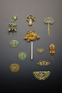 A SMALL COLLECTION OF CHINESE GILT METAL AND KINGFISHER FEATHER HAIR ORNAMENTS QING DYNASTY Forme