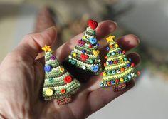 Christmas tree brooch miniature crochet fancy por FancyKnittles