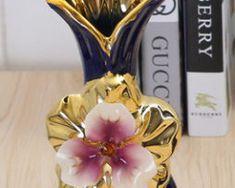 Prekrásna porcelánová váza s kvetom v tmavomodro-zlatej farbe v troch rôznych variantoch 1 Perfume Bottles, Beauty, Perfume Bottle, Beauty Illustration