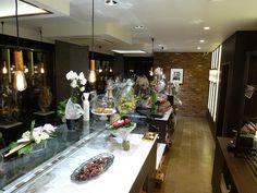 transformation et extension d'une surface de vente d'une boulangerie à HOUFFALIZE<br /><br />parement pierre et isolation, carreau de ciment, couleur, éclairage, comptoir, prévention incendie, etc...