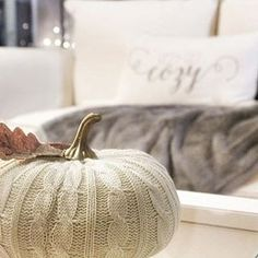 Would love to relax here today and catch up on some shows!  We're loving this cozy look from @simplecozycharm . . . . . #home #homedecor #homedesign #homedecoration #interiordesign #interiors #decor #decorate #decorating #instahome #autumn #autumncolors #