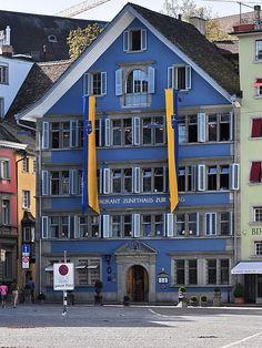 Zunfthaus zur Waag: Das schon1303 errichtet Zunfthaus der Weber und Textiler besticht noch heute durch sein markante blaue Fassade.