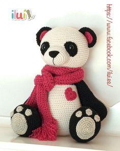 Osita panda realizada por ILUÍ con hilo de alpaca y lana. Basada en el patrón de My Krissie Dolls.