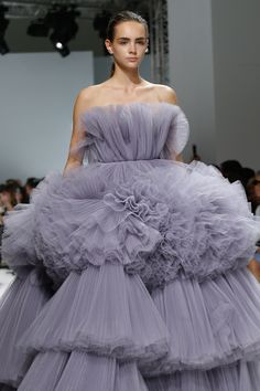 Giambattista Valli Fall 2016 Couture Fashion Show Catwalk Fashion, Fashion Week, Fashion Show, Fashion Goth, Haute Couture Style, Juicy Couture, Ball Dresses, Evening Dresses, Collection Couture