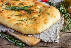 Ancient Greeks or Etruscans, as some say, gave us the basic recipe of focaccia bread. It is a yeasted flatbread that can be enjoyed plain or with toppings. Let's take a look at what exactly is focaccia bread :) Pellet Grill Recipes, Grilling Recipes, Pan Focaccia, Olive Oil Bread, Bread Appetizers, Flatbread Recipes, Types Of Bread, Artisan Bread, Kitchenaid