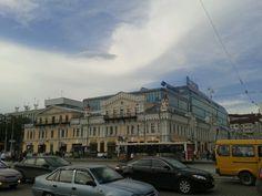 Европа. От старого здания остался только фасад, внутри все современное.