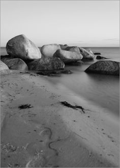 Steine am Meer - Nachtaufnahme in Schwarz Weiß, Ort der Fotografie Insel Fehmarn Ostsee, Fotograf Falko Follert 2012. Stones at the sea - night shot in black and white, place the Baltic island of Fehmarn Photography, Photographer Falko Follert 2012