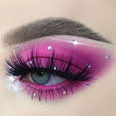 Stunning eye makeup on  💎 xoxo 💎 Make sure to DM us for a shoutout Makeup Trends, Makeup Inspo, Makeup Art, Makeup Inspiration, Beauty Makeup, Makeup Ideas, Colorful Eye Makeup, Makeup For Green Eyes, Winter Makeup