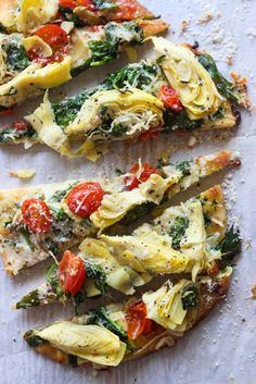 Healthy Pizza Recipes for Your Next Girls' Night In Veggie-Loaded Artichoke, Tomato + Spinach Flatbread. Healthy Pizza Recipes, Appetizer Recipes, Vegetarian Recipes, Dinner Recipes, Cooking Recipes, Flatbread Appetizers, Flatbread Pizza Recipes, Grilled Flatbread Pizza, Skillet Recipes