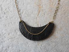 collier plastron noir en pâte fimo polymère façon cuir : Collier par elisabijoux