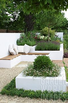 MODERN_TERRACE_DESIGN_WITH_CONTAINERS_AND_SHINGLE_PAVING