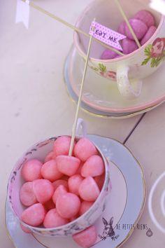 """étiquettes """"eat me"""", tag Alice in wonderland tea party http://www.alittlemarket.com/boutique/de-petitsriens"""