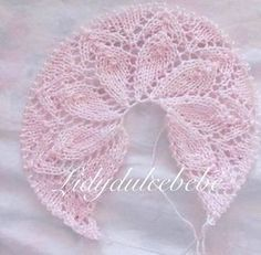 I leave the tutorial of this double crown. A kiss … - Everything About Knitting Baby Knitting Patterns, Baby Cardigan Knitting Pattern Free, Love Knitting, Knitting For Kids, Crochet For Kids, Knitting Stitches, Hand Knitting, Crochet Patterns, Crochet Baby Booties