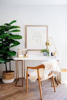 White Home Office Ideas To Make Your Life Easier; home office idea;Home Office Organization Tips; chic home office. Home Office Inspiration, Workspace Inspiration, Room Inspiration, Office Ideas, Office Inspo, Office Setup, Office Lounge, Office Floor, Office Style